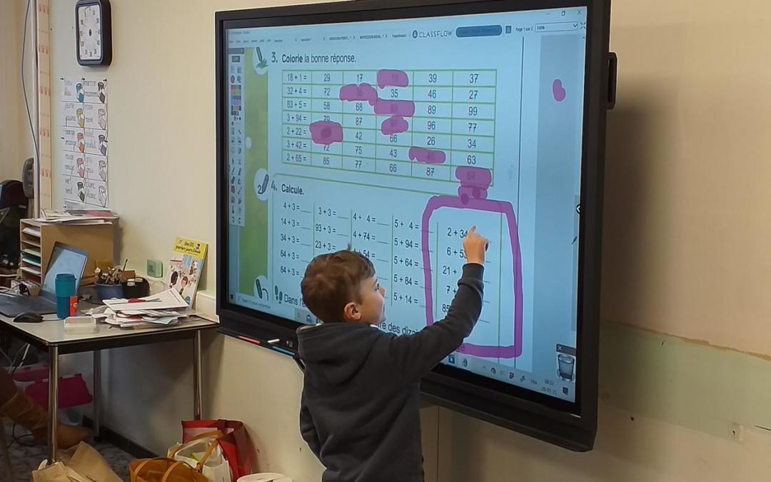 Un nouvel écran interactif dans la classe de Madame Marie (2C).
