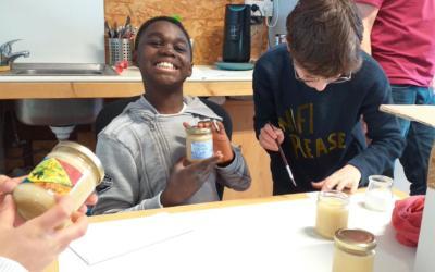 Les élèves de P6A mettent en pots le miel de l'Isma!