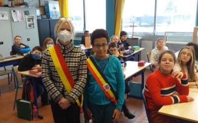 Madame l'Echevine de l'Enseignement accueillie en sixième primaire, chez Madame Blandine.