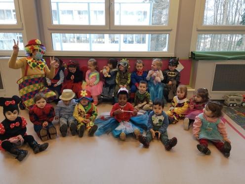 Premier bal de Carnaval pour les enfants de la classe d'accueil!