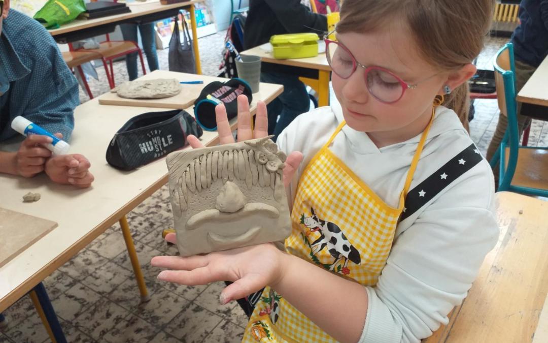 La classe de P3 de Me Astrid se lance dans le travail de l'argile!